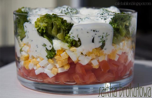 Warstwowa sałatka brokułowa