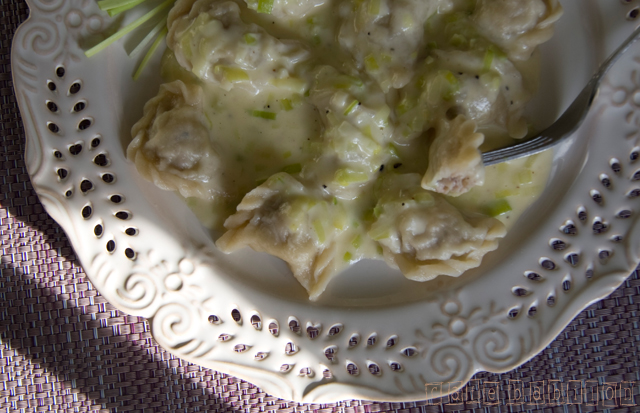 Pierożki z kurczakiem w sosie serowym