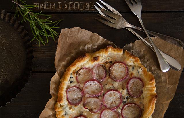 Tarta z rzodkiewkami i serem pleśniowym