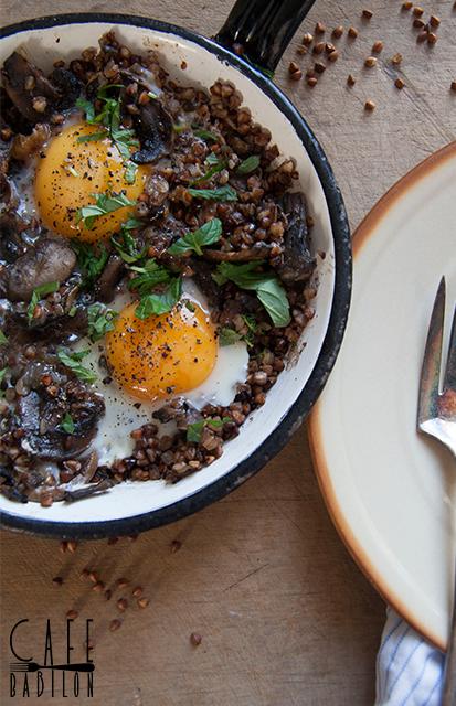 Kasza gryczana z pieczarkami i jajkiem sadzonym