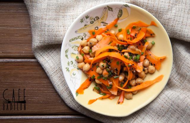 Sałatka: ciecierzyca i marchewka