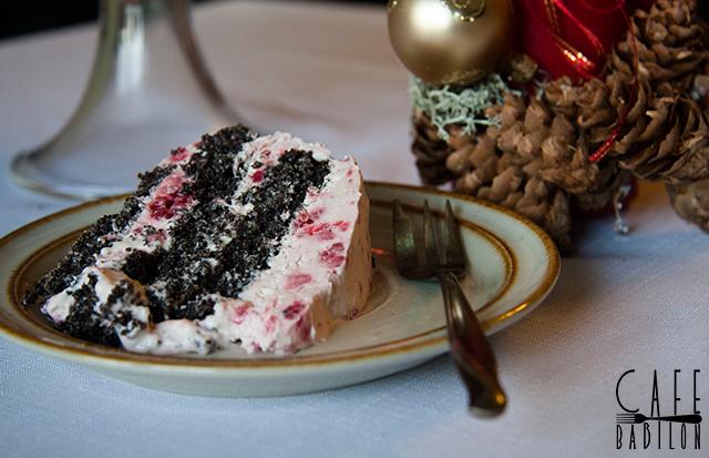 Tort makowy z malinami