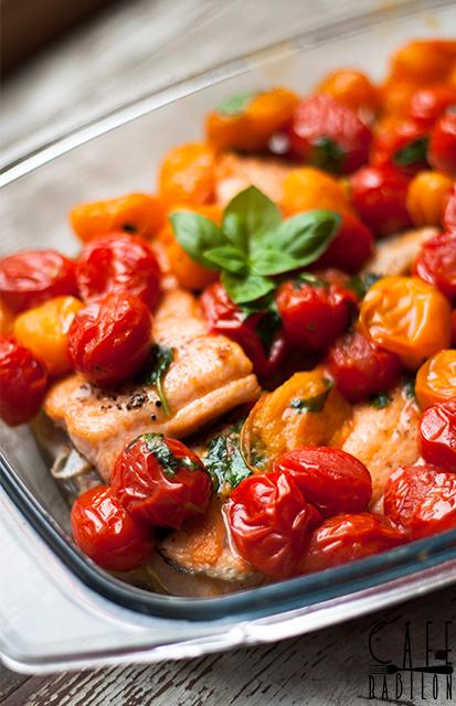 Łosoś z pomidorkami koktajlowymi i bazylią